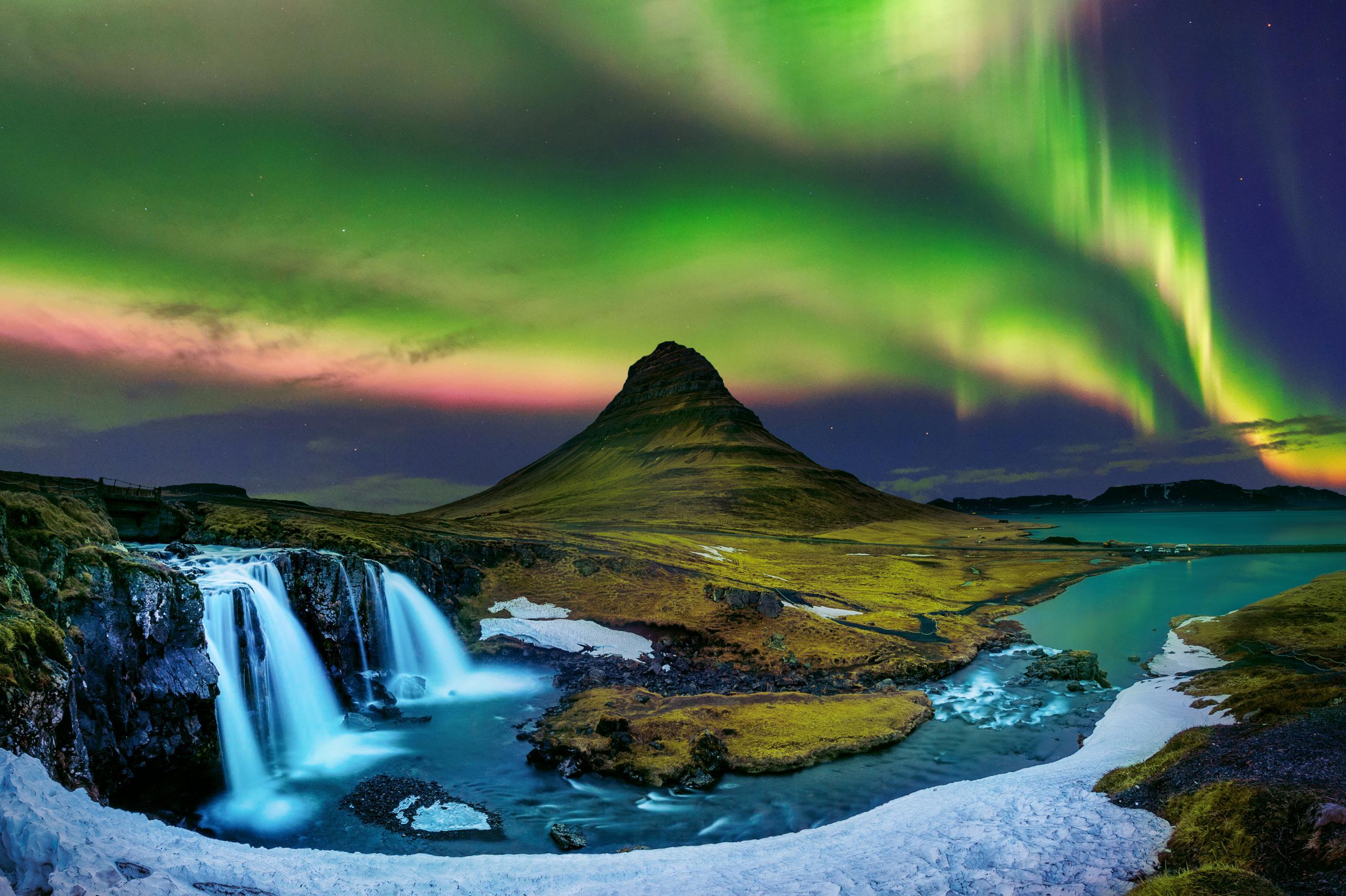 Northern-Light-Aurora-borealis-at-Kirkjufell-in-Iceland